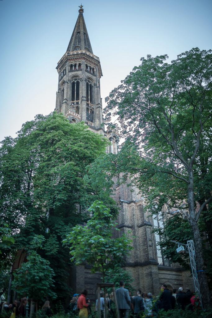 Catwalk around Berlin church - Laufsteg auf den Zionskirchplatz - By NurFotos